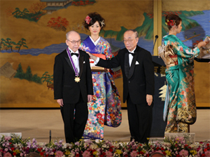 Isamu Akasaki receives the Kyoto Prize for Advanced Technology during the 2009 ceremony.