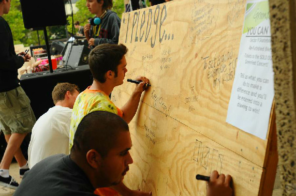 SDSU students write down a sustainability pledge during GreenFest 2011.