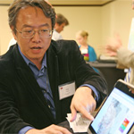 Ming-Hsiang Tsou shows results on his computer