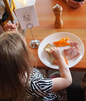 Recent findings have shown that families are eating out at restaurants more often. (Photo: Ed Montez/Pixabay)