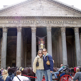 photo: students pose in front of the Pantheon in Rome