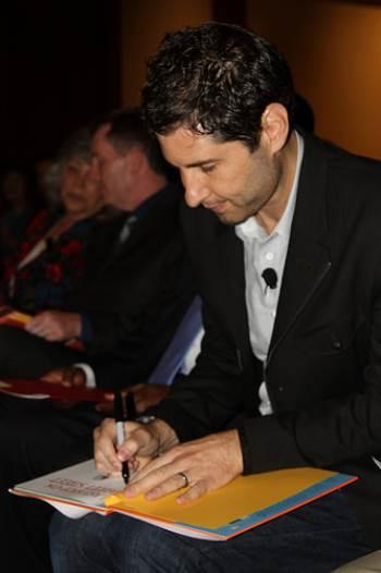 Matt de la Pena signs book